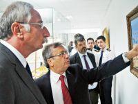 """Güngördü, Girne Üniversitesi Kampüsündeki """"Bilinmeyen Yönleriyle Çanakkale Deniz Savaşı Sergisi""""ni ziyaret etti"""