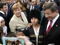 """Financial Times, """"Davutoğlu'nun görevi vize anlaşması yüzünden tehlikede"""""""