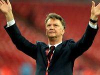 Manchester United Van Gaal'ı kovdu, Mourinho'yu bekliyor