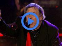 Ünlü şarkıcı sahnede yere yığıldı!