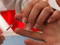 'Babam bebekken bana HIV'li kan verdi'