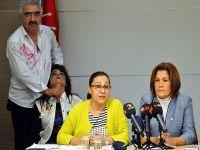 """Basın toplantısında """"kadına şiddet"""" canlandırması"""