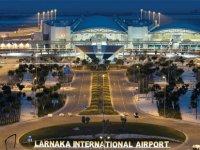 Larnaka Havaalanı'nda, KKTC'de kalacak turistlerin girişine engel!