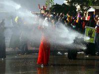 Darbe karşıtı öğrencilere polis müdahalesi