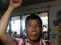 Filipinler Devlet Başkanı  ekrandan uyuşturucu ticareti yapan devlet yetkililerini ifşa etti!