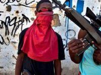 Otomatik silahlı çocuklar Rio'da terör estiriyor!