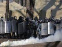 Göstericiler bakanlık binasını ele geçirdi, bakan kaçtı