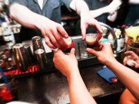 Komşu ülkede alkol yasağı sessiz sedasız geçirildi!
