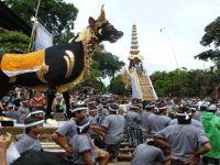 """Endonezya'da """"Tanrıları Halkla Buluşturma"""" töreni"""