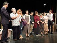 """Lefkoşa Belediye Tiyatrosu """"Ev"""" oyununu Adana'da sahneledi"""