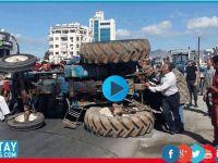 Eylemcinin traktörü devrildi!