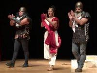 Gibetsu ile Tiyatro Su Yunanistan'da tiyatro oyunu sahneledi