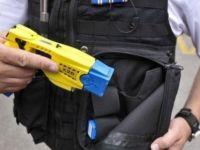 Bastonu silah sanılan görme engelli şok tabancasıyla vuruldu