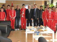 Şampiyon takım Özçınar'ı ziyaret etti