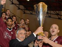 Şampiyon olan Yakın Doğu Üniversitesi Basketbol Takımı'na kupasını Cumhurbaşkanı Akıncı verdi