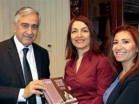 """""""Yarım Kalmış Bir Yaşam - Dr. Burhan Nalbantoğlu"""" isimli kitap Cumhurbaşkanı Akıncı'ya takdim edildi"""