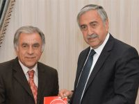 Atabek kitabını Cumhurbaşkanı Akıncı'ya takdim etti