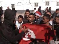 Protestocular, petrol ve doğalgaz dağıtım merkezine girdi
