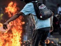 Venezuela'da göstericiler Chavez'in çocukluğunun geçtiği evi ateşe verdi