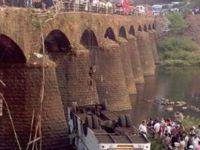 Hindistan'da otobüsün nehre uçtuğu kazada ölü sayısı 24'e yükseldi