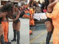 Güney Afrika'da mahkumlara striptiz şov