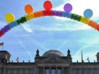 Almanya'da eşcinsel evlilik yasası parlamentodan geçti