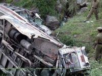 Hindistan'da otobüs uçuruma yuvarlandı: 25 kişi hayatını kaybetti
