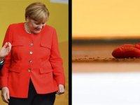Merkel'e domatesli saldırı