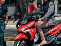 Endonezya'da şeriat polisinden 'dar pantolon' kontrolü