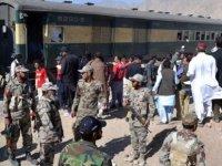 Pakistan'da yolcu trenine bombalı saldırı: 6 yaralı