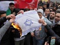 Almanya'da İsrail bayrağı yakılmasına tepkiler artıyor