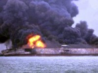 Petrol tankeriyle yük gemisi çarpıştı