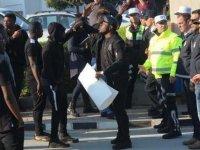 Afrikalı öğrenciler öfkeli: ellerinde pankartlarla rektörlüğe girmek istediler