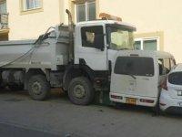 Park halindeki kamyon akarak araçları ezdi