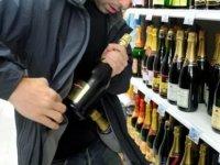 Marketten içkileri aldılar ödemeden gitmek istediler, polis tutukladı!