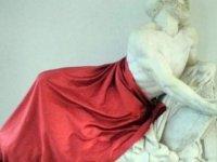 İtalya'da dinler arası diyalog toplantısında heykelin örtülmesine tepki