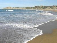 Denize giren 3 genç boğulma tehlikesi geçirdi