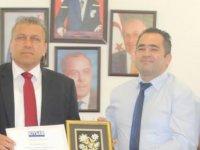 Kıbrıs Türk Turizm ve Seyahat Acenteleri Birliği Başkanı İsmail Arter'e Plaket takdim etti