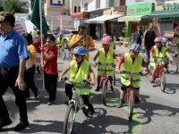 """Şht. Tuncer İlkokulu Öğrencileri """"Trafikte Beni Fark Et"""" sloganıyla yürüyüş yaptı"""