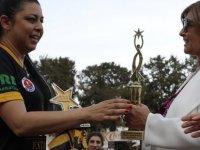 Meral Akıncı, kadınlar futbol dostluk maçının kupasını verdi