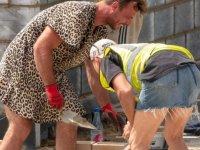 Kamera şakası değil gerçek… Şort giymesi yasaklanan işçiler bunu yaptı