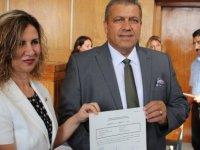 Gazimağusa Belediye Başkanlığı'na yeniden seçilen Arter mazbatasını aldı