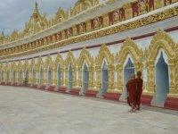 Rahibeleri zihin kontrol yöntemleriyle cinsel birlikteliğe zorlamakla suçlanan Budist keşiş istifa etti