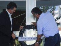 Hür-İş, Maliye Bakanı Denktaş'ı siyah çelenkle protesto etti
