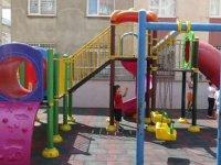 Parkta oynayan çocuklara 'Sessiz olun' kurşunu