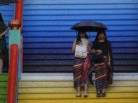 Malezya'da iki eşcinsel kadın mahkeme salonunda kırbaçlandı
