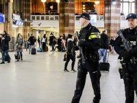 Amsterdam'daki bıçaklı saldırgan Hollanda, İslam'a hakaret ettiği için yaptım