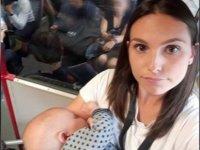 Trende kimse yer vermeyince bebeğini ayakta emzirdi