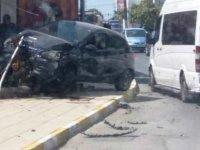 Girne'de araç binaya girdi