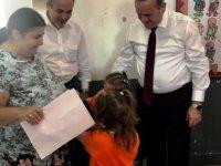 Bakan Ataoğlu öğrencilere okul çantası hediye etti